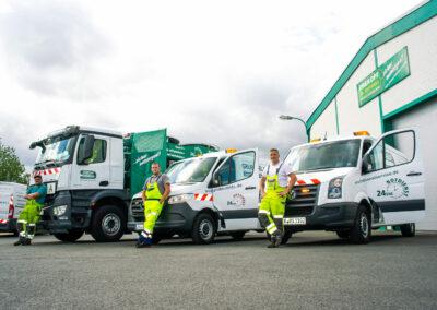 Mitarbeiter und Servicefahrzeuge von Drekopf und Grubenblitz in Krefeld