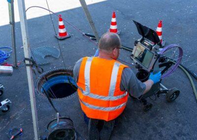 Grabenlose Kanalsanierung mit Inliner-Technik in Mönchengladbach. Mit der Kamera wird der Kanal geprüft.